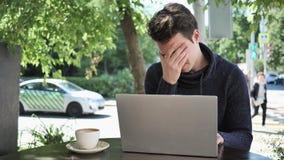 Dolor de cabeza, retrato del trabajador tenso que se sienta en terraza del café metrajes