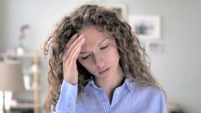 Dolor de cabeza, retrato de la mujer tensa del pelo rizado en oficina almacen de metraje de vídeo