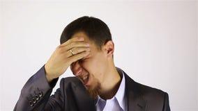 Dolor de cabeza, sobrecarga agotadora del trabajo para el hombre de negocios con una barba almacen de video