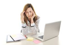Dolor de cabeza sufridor de la mujer de negocios en la tensión en el trabajo con el ordenador Imagen de archivo