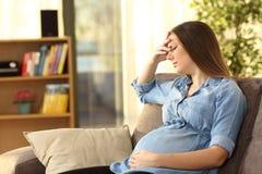 Dolor de cabeza sufridor de la mujer embarazada Imagenes de archivo