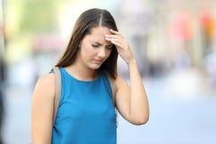 Dolor de cabeza sufridor de la mujer en la calle Fotos de archivo