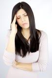 Dolor de cabeza sufridor triste de la mujer apuesta Foto de archivo