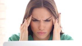 Dolor de cabeza, tensión emocional para el diseñador creativo Woman imagen de archivo libre de regalías