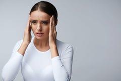 Dolor de cabeza Tensión hermosa de la sensación de la mujer y dolor principal fuerte fotografía de archivo