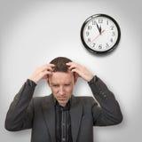 Dolor de cabeza y reloj Fotos de archivo