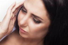 Dolor de cabeza y tensión Mujer joven hermosa que siente dolor principal fuerte Retrato del sufrimiento femenino subrayado cansad Fotografía de archivo