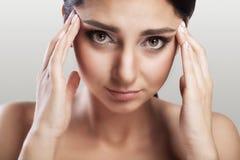 Dolor de cabeza y tensión Mujer joven hermosa que siente dolor principal fuerte Retrato del sufrimiento femenino subrayado cansad fotos de archivo