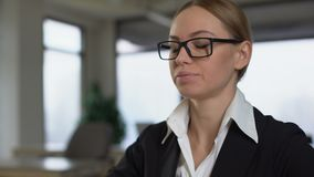 Dolor de cuello del sufrimiento de la mujer joven en el lugar de trabajo, haciendo masaje para aliviar espasmo almacen de metraje de vídeo