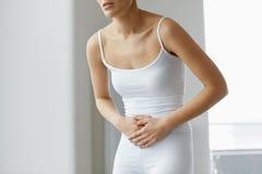 Dolor de cuerpo Ciérrese para arriba del cuerpo hermoso de la mujer que tiene dolor de estómago Fotografía de archivo