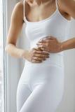 Dolor de cuerpo Ciérrese para arriba del cuerpo hermoso de la mujer que tiene dolor de estómago Fotos de archivo