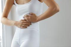 Dolor de cuerpo Ciérrese para arriba del cuerpo hermoso de la mujer que tiene dolor de estómago Imagenes de archivo