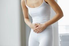 Dolor de cuerpo Ciérrese para arriba del cuerpo hermoso de la mujer que tiene dolor de estómago Imágenes de archivo libres de regalías