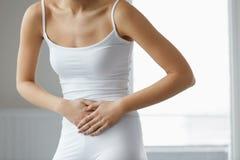 Dolor de cuerpo Ciérrese para arriba del cuerpo hermoso de la mujer que tiene dolor de estómago Fotografía de archivo libre de regalías