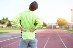 Dolor de espalda de la sensación del deportista debido a disco deslizado fotos de archivo