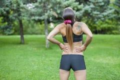Dolor de espalda durante actividad de los deportes Fotos de archivo libres de regalías
