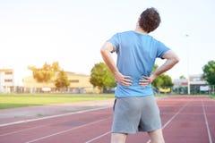 Dolor de espalda de la sensación del deportista debido a disco deslizado imagen de archivo libre de regalías