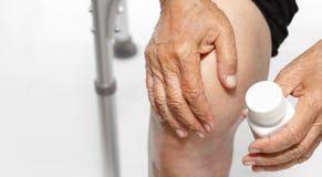 Dolor de la rodilla, debilitación funcional en ancianos fotografía de archivo