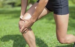 Dolor de la rodilla durante actividad de los deportes Foto de archivo libre de regalías