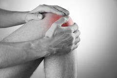 Dolor de la rodilla en hombres Imagenes de archivo