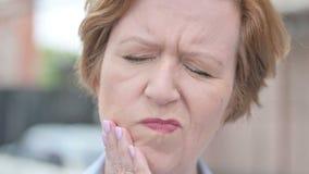 Dolor de muelas, cierre para arriba de la mujer mayor con dolor de diente metrajes