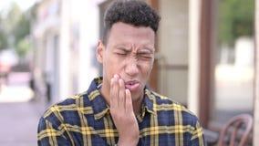 Dolor de muelas, hombre africano joven con dolor de diente metrajes