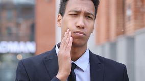 Dolor de muelas, hombre de negocios africano con la infección del diente metrajes