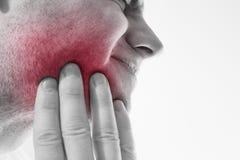 Dolor de muelas, medicina, concepto de la atención sanitaria, problema de los dientes, joven Foto de archivo libre de regalías
