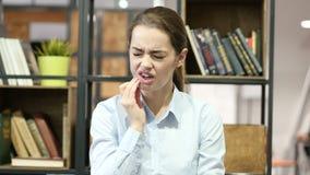 Dolor de muelas, mujer que sufre de dolor en los dientes, interiores almacen de video