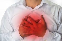 Dolor de pecho del hombre del reflujo ácido o del ardor de estómago, aislado en el fondo blanco imágenes de archivo libres de regalías