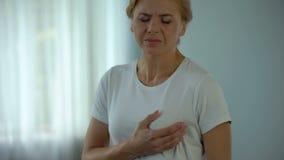 Dolor de pecho de mediana edad de la sensación de la mujer, enfermedad isquémica y cardiología, salud metrajes