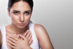 Dolor de pecho severo infarto insulto angustia Enfermedad cardíaca Sensaciones dolorosas fuertes El concepto de salud En un backg imágenes de archivo libres de regalías