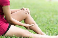 Dolor de pierna en una mujer Fotos de archivo