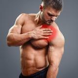 Dolor del corazón del hombre del músculo de Ahtletic Fotografía de archivo libre de regalías