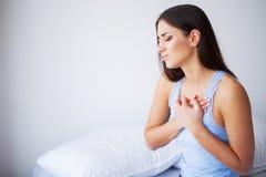 Dolor del corazón Mujer hermosa que sufre de dolor en problemas de salud del pecho imagenes de archivo