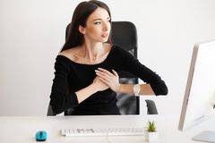 Dolor del corazón Mujer que tiene ataque de pánico en el lugar de trabajo imagen de archivo libre de regalías