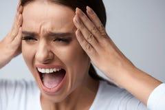 Dolor del dolor de cabeza Mujer hermosa con la jaqueca dolorosa, gritando imágenes de archivo libres de regalías