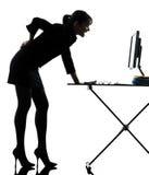 Dolor del dolor de espalda de la mujer de negocios que se coloca integral Foto de archivo