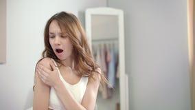 Dolor del hombro de la mujer Dolor de sensación de la mujer joven en hombro en la mañana almacen de metraje de vídeo