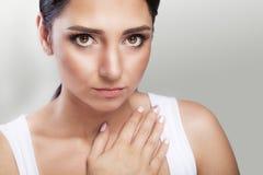 dolor El primer de una mujer joven siente dolor de pecho severo Cierre-u Imagenes de archivo