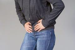 Dolor en el abdomen de una muchacha Fotografía de archivo