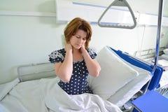 Dolor paciente femenino en cuello en la sala de hospital Fotos de archivo libres de regalías