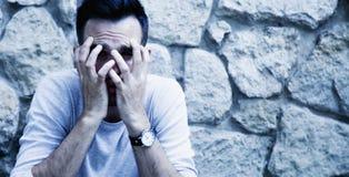 dolor Retrato del hombre deprimido y frustrado lenguaje corporal, fotos de archivo libres de regalías