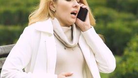 Dolor sufridor de la señora embarazada en el vientre, llamando 911, miedo de la entrega prematura metrajes