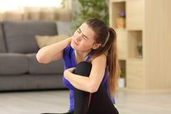 Dolor sufridor del cuello de la deportista en casa Imagen de archivo libre de regalías