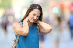 Dolor sufridor del cuello de la mujer en la calle Foto de archivo libre de regalías