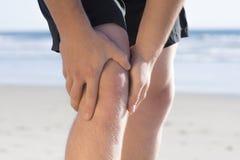 Dolor y lesión de la rodilla foto de archivo libre de regalías