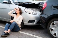 Dolor y trallazo de la sensación de la mujer después del choque múltiple de los coches Foto de archivo