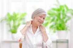 Dolore acuto della spalla della donna senior fotografia stock