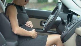 Dolore acuto femminile incinto in stomaco, aborto, vita stressante di sensibilità del driver archivi video